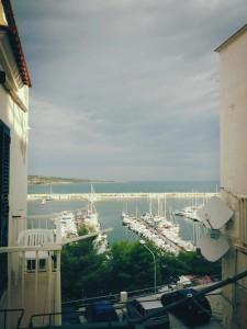 Cielo nuvoloso e probabile pioggia in arrivo sul porto di Vieste...